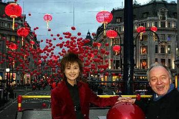 """李宇春与伦敦市长一同""""点亮""""中国年(组图)"""