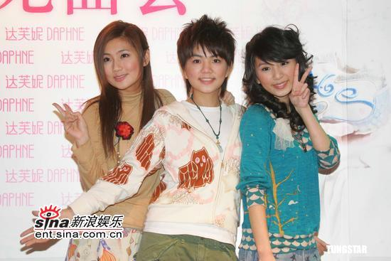 组图:S.H.E上海代言女鞋青春靓丽朝气蓬勃