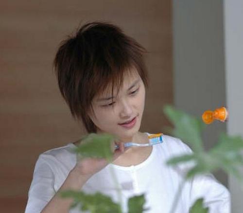 组图:李宇春拍牙膏广告笑容甜美展露俏皮一面