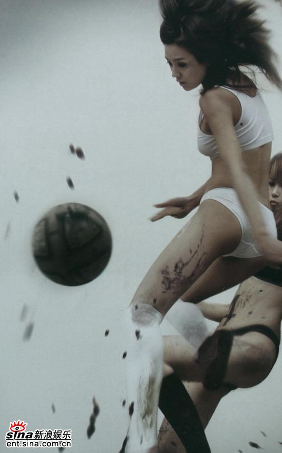 周伟童变身足球宝贝极度性感玩湿身足球(组图)