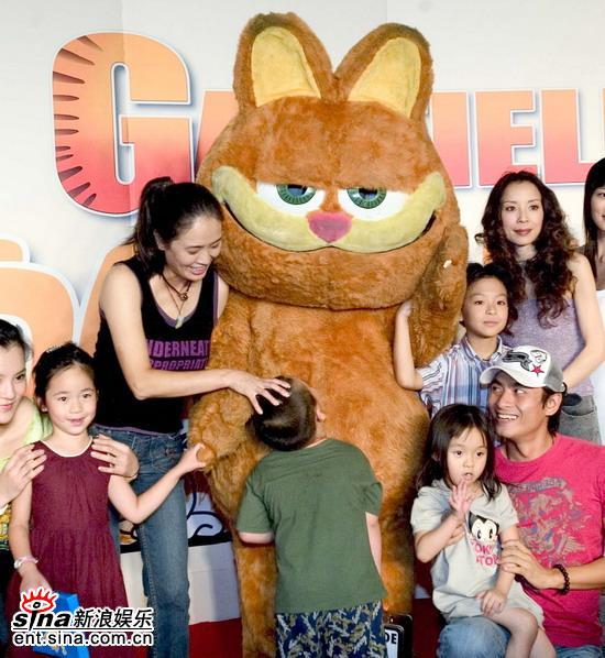 """贾妮调皮儿子""""大闹""""《加菲猫2》首映式(组图)"""