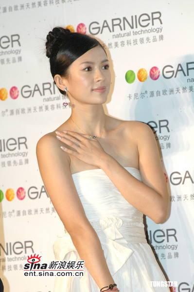 组图:章子怡上海出席代言活动露香肩性感迷人