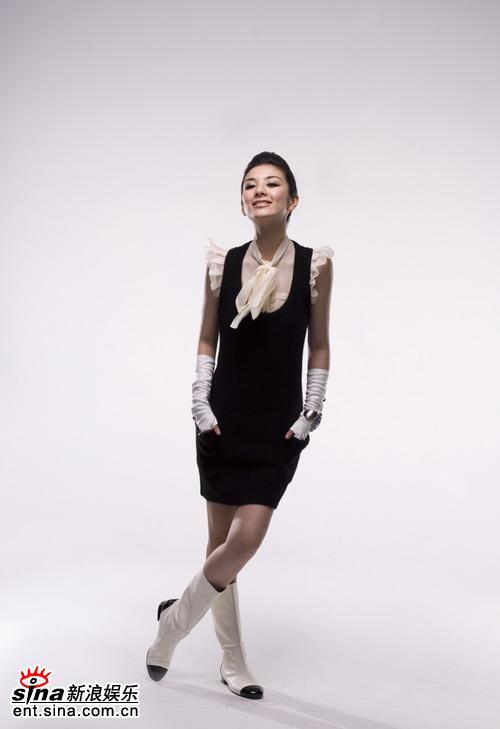 组图:黄奕拍封面黑色礼服搭配水晶性感成熟