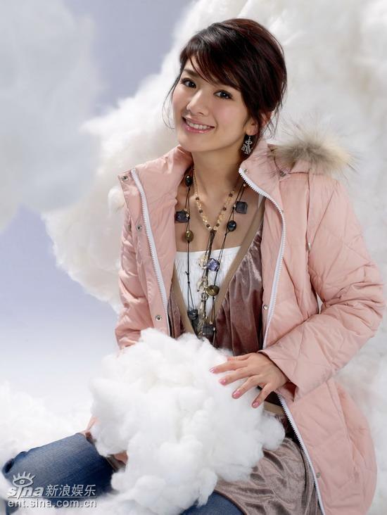 组图:黄奕羽绒服写真宛若童话中的雪境天使