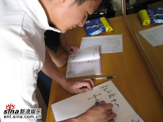 李宗翰探访福利院与智障儿童亲密接触(组图)