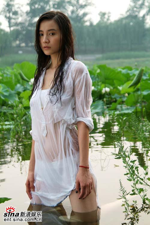 组图:小宋佳最新写真曝光性感湿身真空上阵