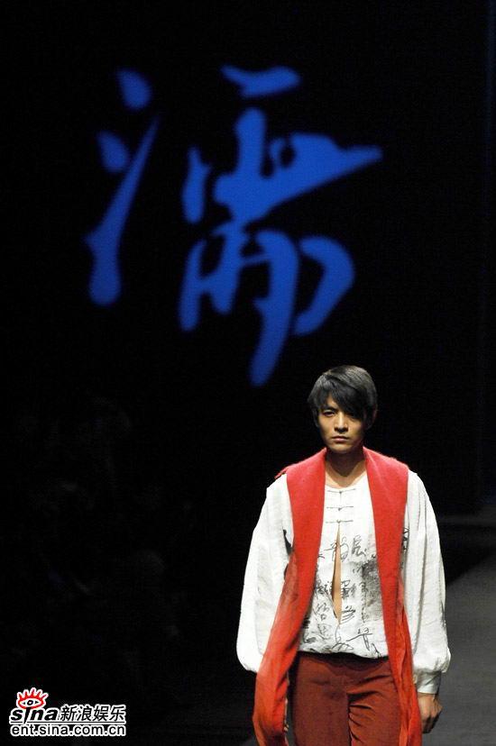 组图:李学庆登场国际时装周创10年男模新身价