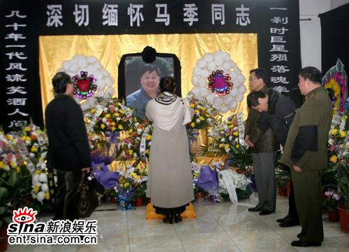 组图:广电总局设马季灵堂殷秀梅落泪频频擦拭