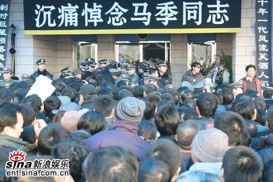 图文:马季追悼会--数千群众赶来