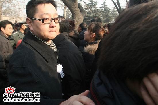 图文:马季追悼会上主持人张绍刚眼中泪光闪闪