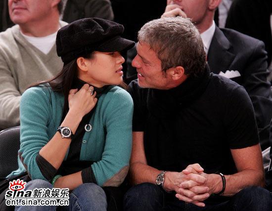 组图:章子怡与外籍男友高调看球当众热吻缠绵