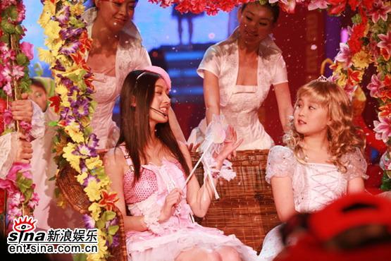 组图:黄圣依与赵本山女儿荡秋千辽台春晚开场