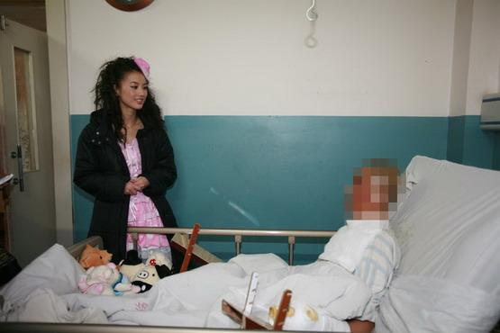 黄圣依探望烫伤13岁男孩捐助万元资助治疗(图)