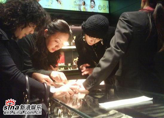 组图:田亮叶一茜香港扫货黑衣亮相亲密购珠宝