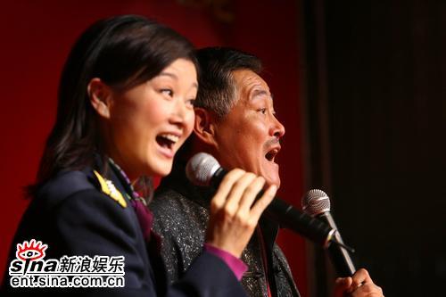 组图:赵本山回国首次露面携手宋祖英庆妇女节