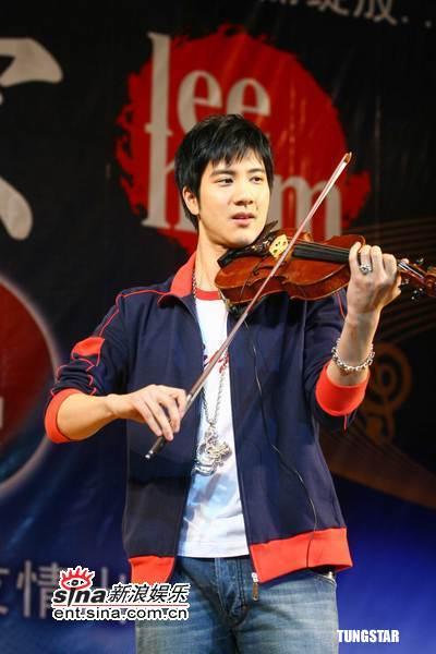 组图:王力宏出席代言活动与热情歌迷狂欢