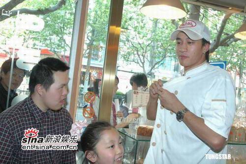 组图:何润东献爱心携智障儿童共同学做蛋糕