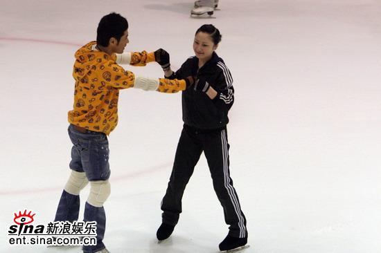 """黄征滑冰美女陪练上演初级版""""赵宏博""""(组图)"""