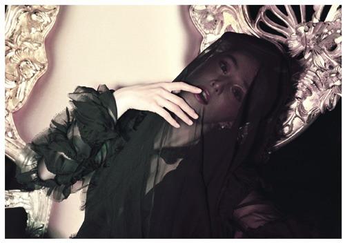 组图:范冰冰床垫上大摆媚姿黑纱蒙脸鬼魅十足