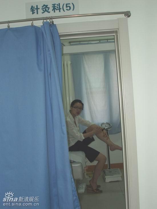 阿朵练冰左腿受伤接受针灸后返乡拍写真(组图)