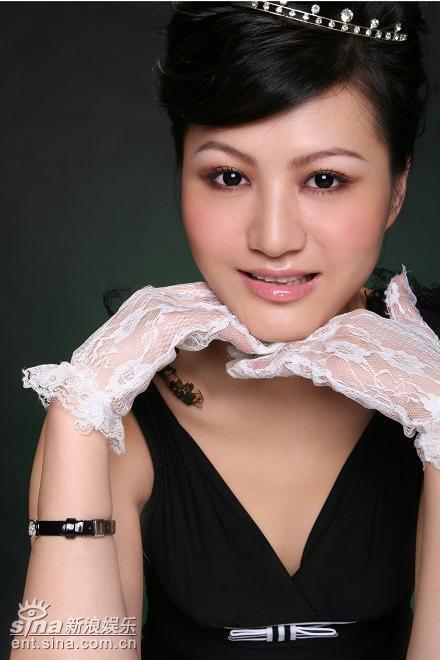组图:杨渝渝变身甜蜜教主深V领演绎经典赫本
