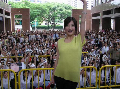 """赵薇""""飘""""到新加坡与东南亚歌迷开心互动(图)"""
