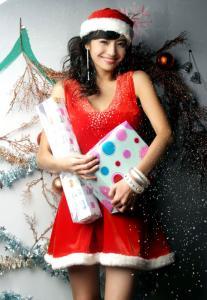 组图:韩彩英靓丽冬装迎圣诞红衣营造节日气氛