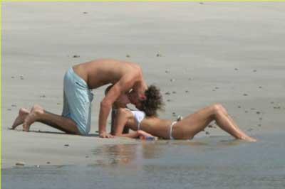 图文:希尔顿情浓难自控与男友海滩亲热难自控