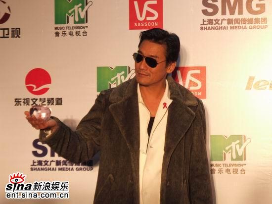 图文:MTV超级盛典颁奖典礼--梁家辉手捧苹果
