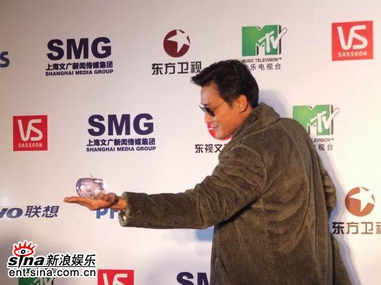 图文:MTV超级盛典颁奖典礼--梁家辉后台搞怪