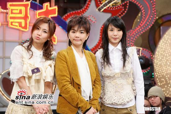 图文:SHE录影综艺大哥大 SHE三名成员合影