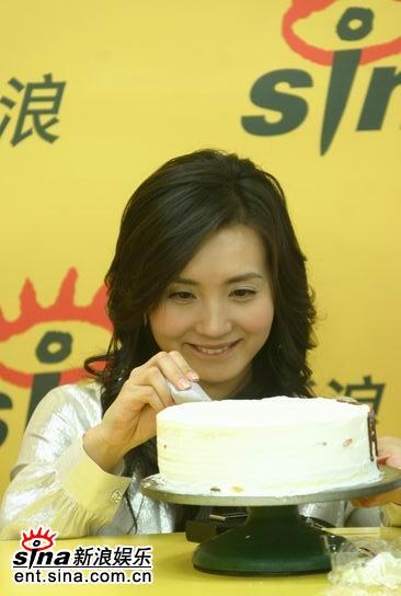 图文:陈好做爱心生日蛋糕-调皮可爱