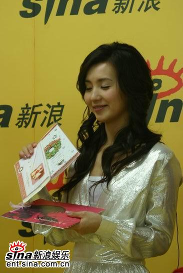 图文:陈好送幸运歌迷的圣诞卡