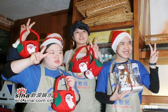 图文:金善雅台湾亲善之旅--送上圣诞礼物