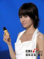 组图:梁咏琪代言美白产品低胸白裙女人味十足