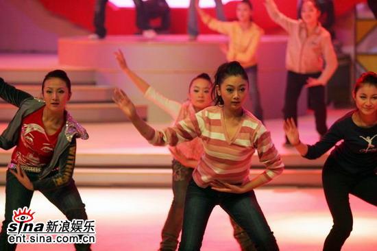 图文:新浪网络盛典现场舞蹈演员紧张排练