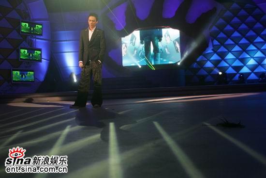 图文:网络盛典现场--阿信站在炫目舞台中央
