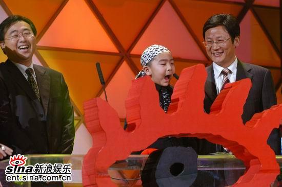 图文:李小白与高念书为小强颁彩铃风云人物奖