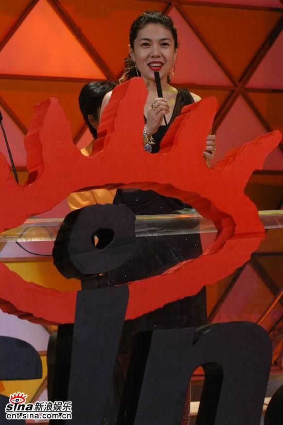 图文:《时尚芭莎》主编苏芒领年度时尚媒体奖