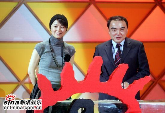 白林与黄伟菁携手颁发年度女演员奖