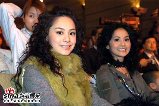 图文:网络盛典现场--Twins面对镜头微笑
