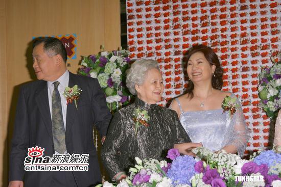 图文:小S补办婚宴双满月酒--小S父母与外婆