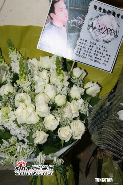 图文:张国荣去世3周年-白玫瑰和纪念卡