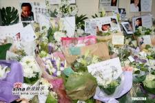 组图:张国荣去世三周年歌迷纷纷献花寄托哀思