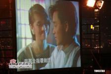 组图:张国荣致敬晚会举行歌迷手持白烛泛泪光