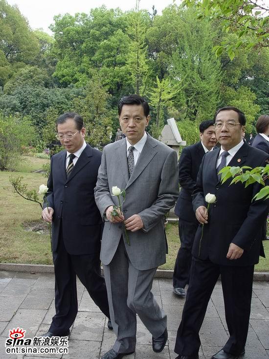 图文:陈逸飞墓碑宋庆龄陵园揭幕--上海市领导