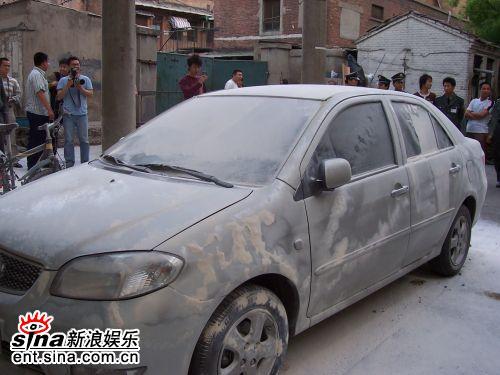 图文:窦唯大闹新京报报社-有燃烧痕迹的汽车