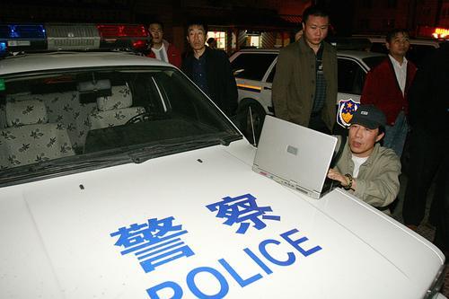 图文:窦唯大闹报社-媒体用警车做桌子现场报道