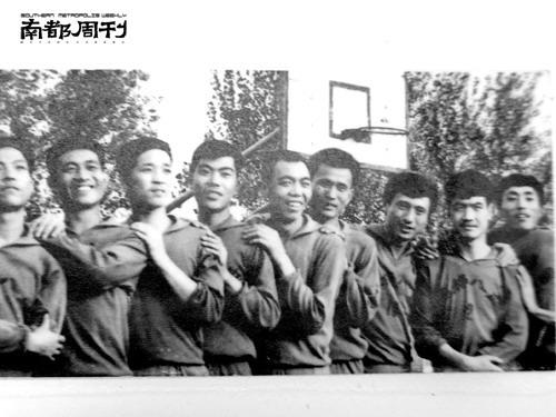 图文:张艺谋往事--张艺谋拍的陕棉八厂篮球队的集体照