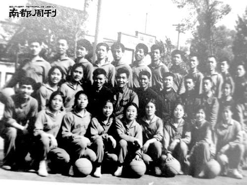 图文:张艺谋往事--陕棉八厂篮球队左下一为张艺谋